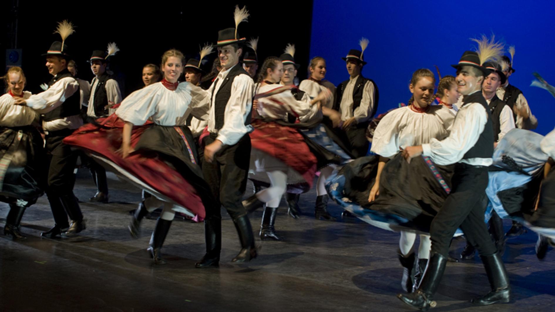 A Cédrus Táncegyüttes 2014. őszén, Varga Zoltán koreográfus jubileumi műsorán, a MÜPA Fesztivál Színházban (Fotó: Simon Fotó)