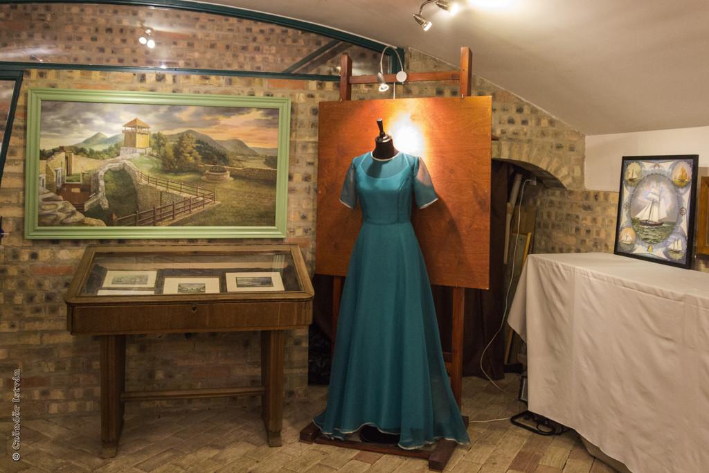 Georgina festménye a várról, és a Laura által készített koszorúslány ruha
