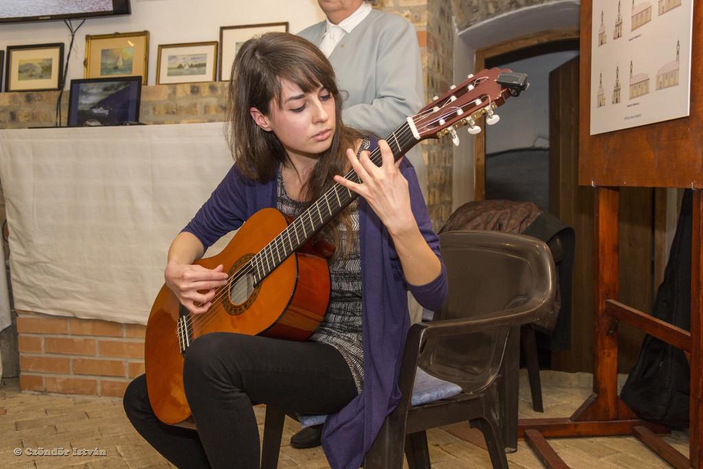 A megnyitón Maya gitározott