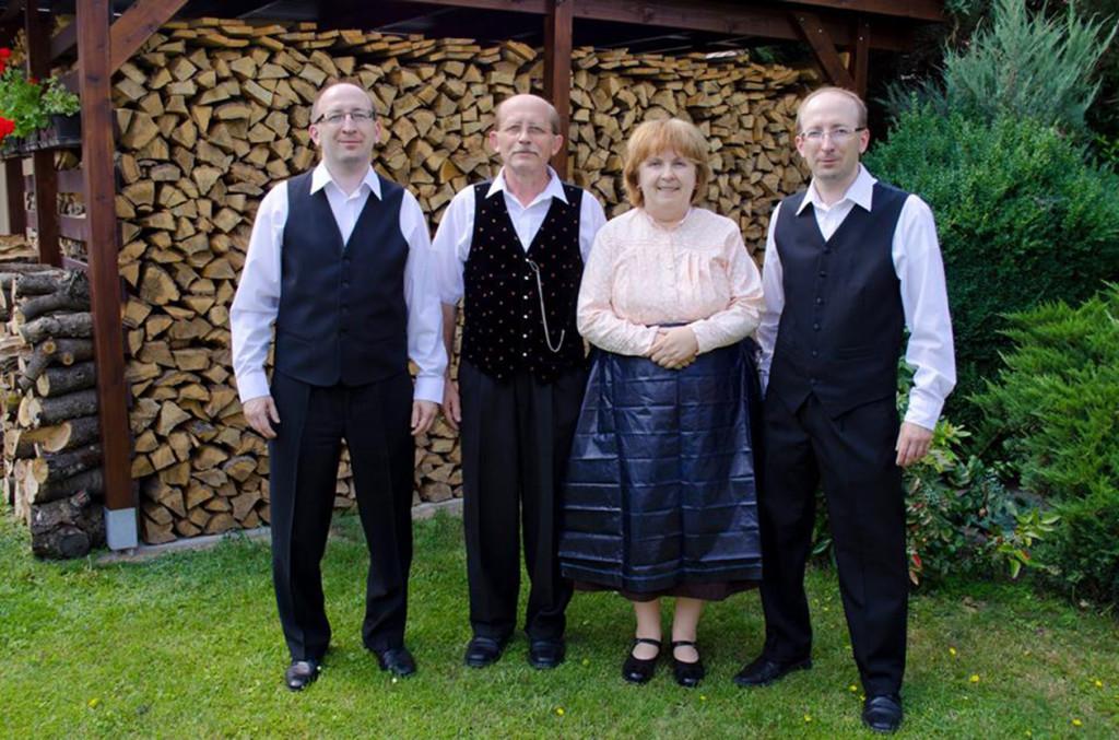 Erzsébet férjével és iker fiaival